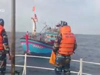Cứu tàu cá và 14 ngư dân gặp nạn ở Quảng Bình