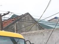 Dân thấp thỏm sống dưới đường dây điện trần 220V