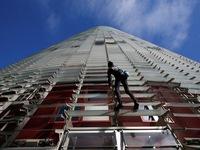 'Người nhện' chinh phục tòa nhà chọc trời tại Barcelona