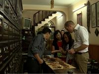 Hoàng tử Anh thăm cửa hàng Đông y trên phố cổ Hà Nội