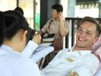 Du khách nước ngoài hào hứng hiến máu tại Đà Nẵng
