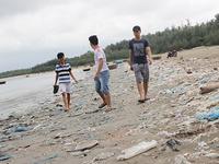 Quảng Nam: Bờ biển Tam Hải ngập tràn rác thải