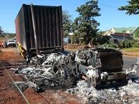 Xe container đang chạy bất ngờ bốc cháy