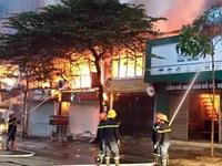 Cháy lớn thiêu rụi 6 ki ốt vào sáng sớm 4 Tết