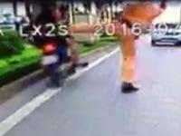 Tạm đình chỉ công tác để điều tra làm rõ clip Cảnh sát giao thông 'đá' người đi xe máy vi phạm