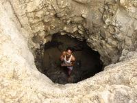Ấn Độ: Vợ bị sỉ nhục khi đi xin nước, chồng quyết tự đào giếng