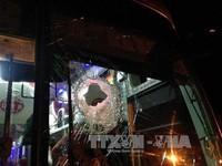 Xe khách, xe tải bị ném đá trên QL20, hai người bị thương