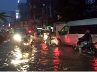 Giao thông hỗn loạn vì mưa lớn gây ngập và kẹt xe kéo dài tại TP.HCM