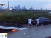 TPHCM: Nước ngập nửa mét, hàng trăm xe chết máy sau cơn mưa lớn
