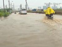 Đường TP.HCM ngập trong biển nước sau cơn mưa lớn