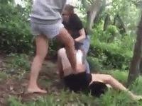 Cô gái bị lột áo quay clip, đánh liên tiếp bằng mũ bảo hiểm