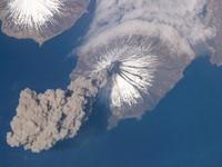 Khoảnh khắc kinh hoàng núi lửa phun trào nhìn từ không gian
