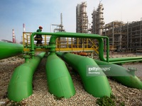 Giá dầu sụt giảm gần 4 do dự trữ dầu Mỹ tăng mạnh