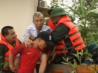 Ấm lòng cảnh quân đội giúp dân trong mưa lũ