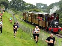 Hơn 1.000 vận động viên chạy đua với... tàu hỏa hơi nước