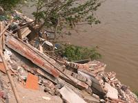 Sông Hồng sạt lở nghiêm trọng, một nhà dân bị cuốn trôi