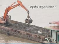 Vụ tàu đổ bùn thải xuống sông Hồng: Tạm đình chỉ 3 cảnh sát