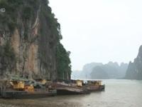 Di dời 12 tàu và sà lan bị bỏ hoang trên Vịnh Hạ Long