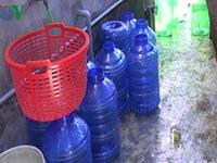 Quảng Nam tiêu hủy hơn 100 thùng nước uống đóng chai