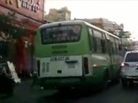 Xe bus lấn làn vượt ẩu, va chạm với người điều khiển xe máy