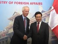 Phó Thủ tướng Phạm Bình Minh tiếp Bộ trưởng Ngoại giao Canada