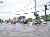 Triều cường dâng cao tại TP.HCM, nhiều tuyến đường bị ngập