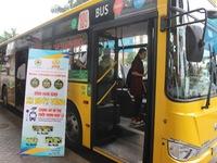 Đi xe bus góp tiền ủng hộ đồng bào miền Trung