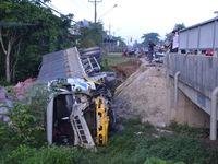 Bình Phước: Lái xe ngủ gật, xe tải rơi xuống cầu