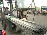 Ra quân xử lý xe chở hàng cồng kềnh sau vụ bé trai bị tôn cứa cổ