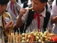 Cao Bằng: Ăn xúc xích nướng ở cổng trường, 10 học sinh ngộ độc