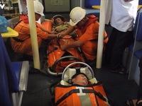 Cứu hộ thành công 2 thuyền viên gặp nạn trên vùng biển Hoàng Sa