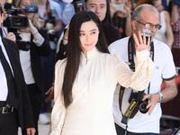 Không diện váy long bào, Phạm Băng Băng vẫn đẹp 'thoát tục' trong ngày đầu ở Cannes