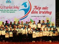 Trao học bổng tiếp sức cho sinh viên Tây Nguyên đến trường