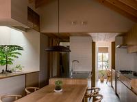 Thiết kế nhà với nội thất toàn bằng gỗ và khoảng 'giếng trời' xanh ngát