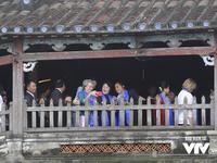 Phu nhân/phu quân APEC chụp ảnh selfie giữa phố cổ Hội An