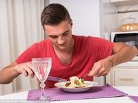 Nam giới đừng nên ăn một mình!