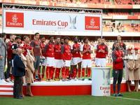 """Giành cúp bằng """"luật rừng"""", Arsenal bị ném đá tơi tả"""