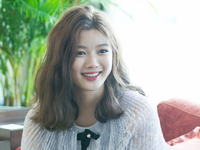 Tay băng bó, Kim Yoo Jung vẫn khiến fan 'đứng hình' vì quá dễ thương