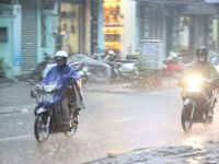 Bão số 12 gây mưa lớn ở các tỉnh Nam Trung Bộ, nhiều nhà bị tốc mái