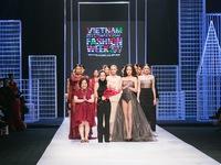 Tuần lễ thời trang quốc tế Việt Nam Xuân - Hè 2017: Mê mẩn vẻ đẹp diễm lệ nước Pháp với 'Dream Girls'