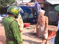 Lực lượng công an Cà Mau giúp dân phòng chống bão số 16