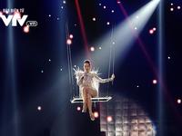 Thu Minh nóng bỏng ngồi xích đu xuất hiện lơ lửng trên sân khấu Chào 2018