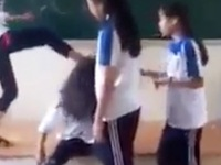 """Hà Nội: Đình chỉ học 6 nữ sinh """"đánh hội đồng"""",  lột áo bạn ngay tại lớp"""