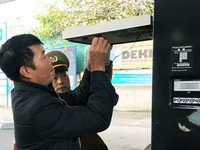Dán tem cột đo xăng dầu để chống thất thu thuế