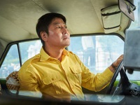 A Taxi Driver hút khách chẳng kém Battleship Island của Song Joong Ki