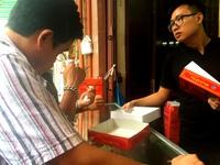 Người dân đội mưa nắng xếp hàng dài mua bánh Trung thu