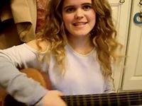 VIDEO: Cô gái cực dễ thương hát cover trong phòng ngủ gây sốt mạng xã hội