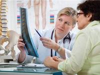 Phụ nữ chỉ dùng canxi và vitamin D là chưa đủ để chống loãng xương