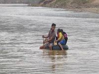 Học sinh Quảng Trị ngồi trên săm vượt sông sâu đến trường