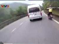 """""""Thót tim"""" phượt thủ đứng trên xe máy khi đổ đèo Bảo Lộc"""